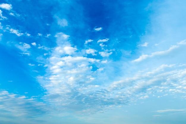 Blauwe lucht met wolk
