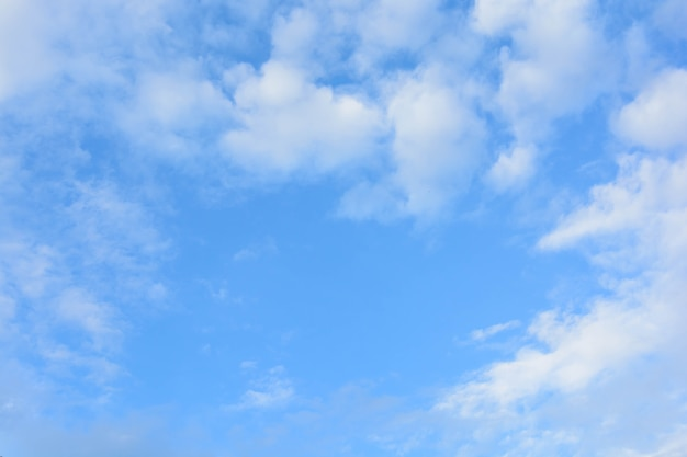 Blauwe lucht met wolken achtergrond