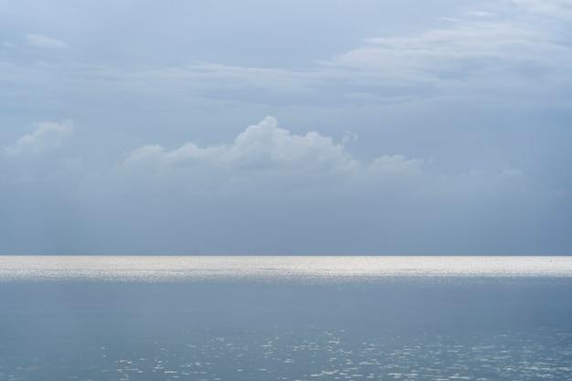 Blauwe lucht met wolken boven zeewater. natuur samenstelling. thailand