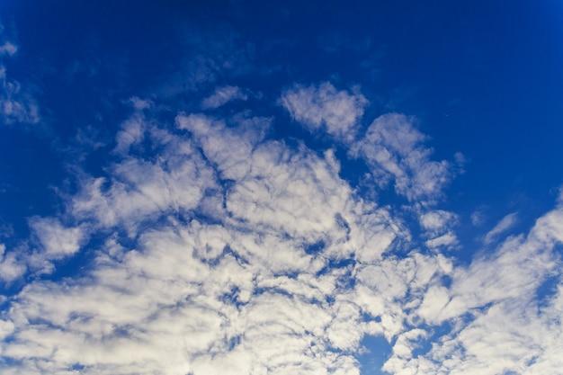 Blauwe lucht met wolken close-up lucht wolken
