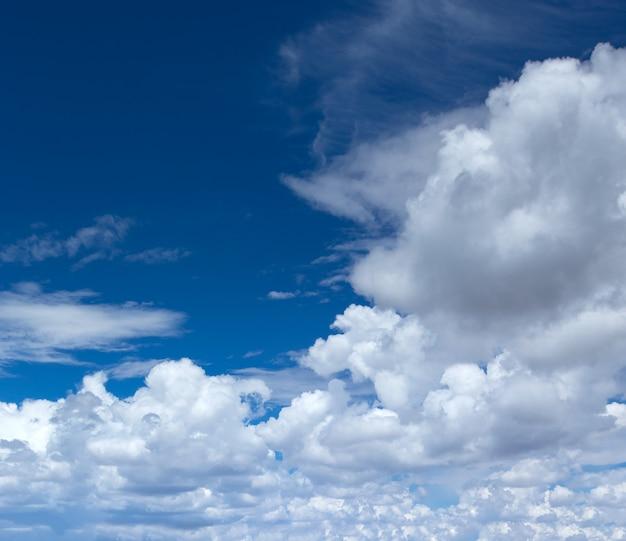 Blauwe lucht met wolken close-up