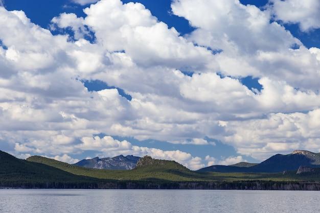 Blauwe lucht met wolken en berg slapende ridder, burabay (borovoye) lake.