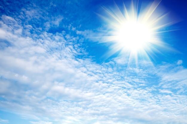 Blauwe lucht met wolken en fel zonlicht. hoge kwaliteit foto