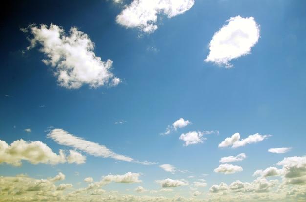 Blauwe lucht met wolken en zon