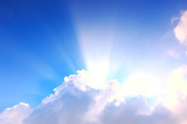 Blauwe lucht met wolken en zonlicht