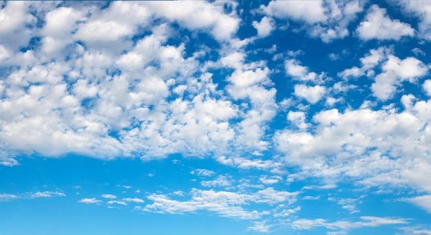 Blauwe lucht met wolken