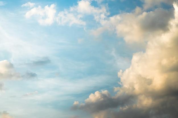 Blauwe lucht met wolken,