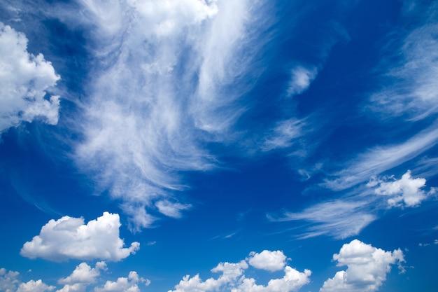 Blauwe lucht met wolkenclose-up