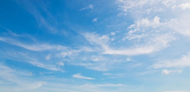 Blauwe lucht met zachte witte wolk Premium Foto