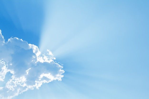 Blauwe lucht met zon en mooie wolken