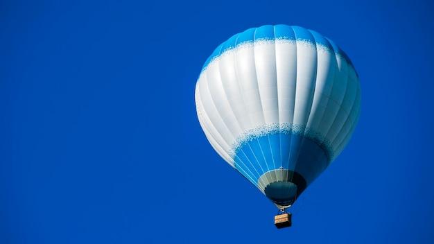 Blauwe luchtballon op een achtergrond van blauwe hemel