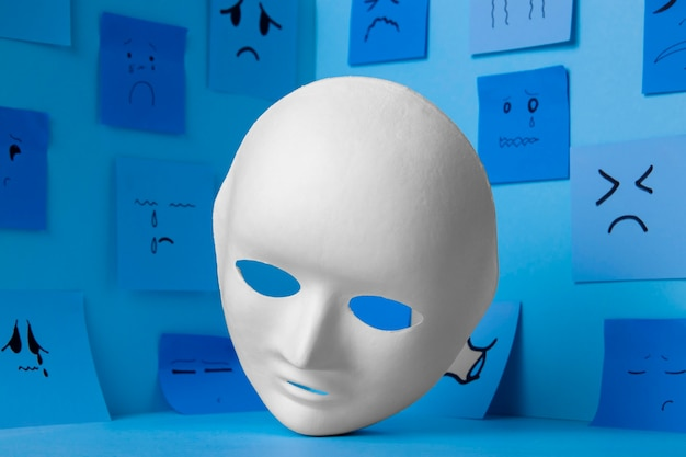 Blauwe maandag met aantekeningen op papier en gezichtsmasker