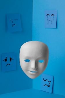 Blauwe maandag met gezichtsmasker en aantekeningen op papier