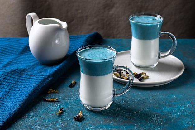 Blauwe matcha latte met melk. modieus drankje van vlindererwten. horizontale oriëntatie