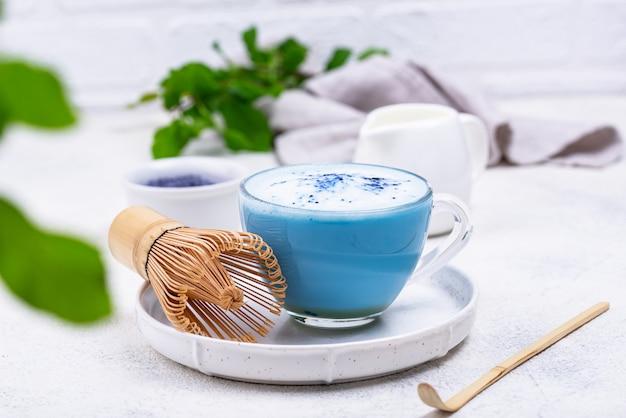 Blauwe matcha latte met melk