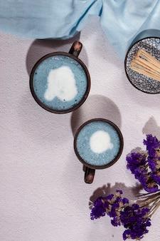 Blauwe matcha thee in een glas latte op tafel. plaats voor tekst. uitzicht van boven.