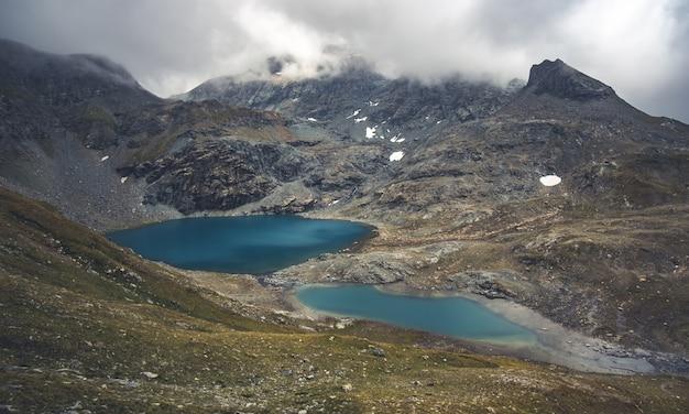 Blauwe meren omgeven door alpiene bergen