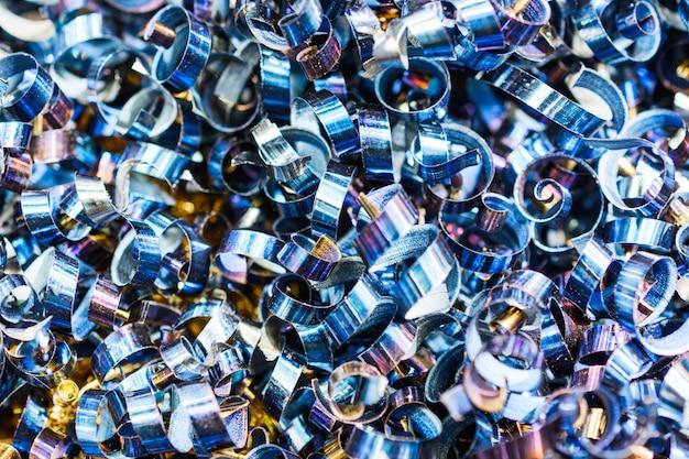 Blauwe metalen krullen. industriële abstracte achtergrond.