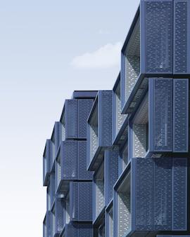 Blauwe metalen kubusvormige structuren onder de blauwe hemel