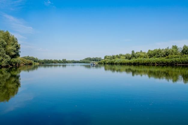 Blauwe mooie hemel tegen de achtergrond van de rivier.