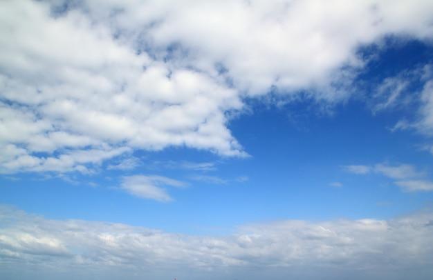 Blauwe mooie hemel zonnige dag en witte wolken