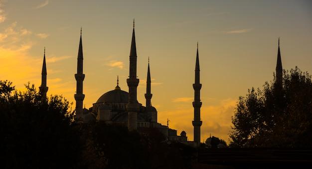 Blauwe moskee in istanboel, achtergrondverlichting bij zonsopgang