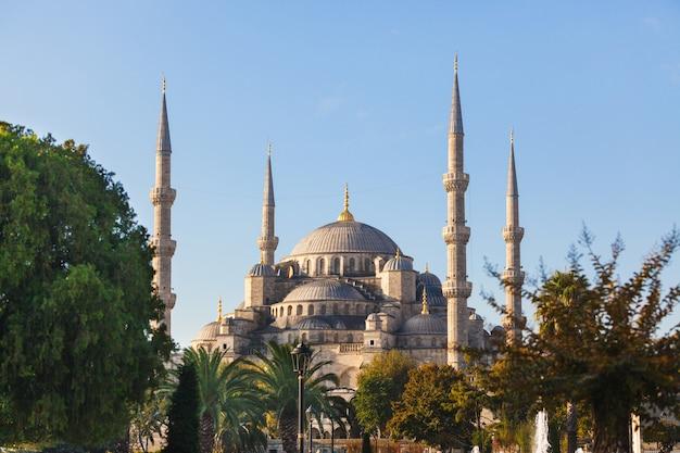 Blauwe moskee in istanboel op een zonnige dag