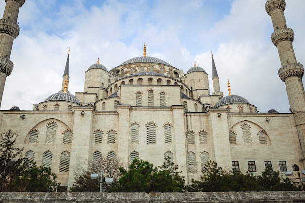 Blauwe moskee sultanahmet camii, bosporus en aziatische zijhorizon, istanboel, turkije.