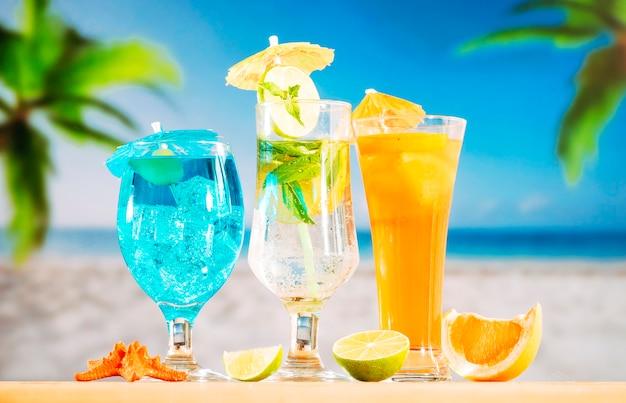 Blauwe munt oranje drankjes en gesneden citrus rode zeester