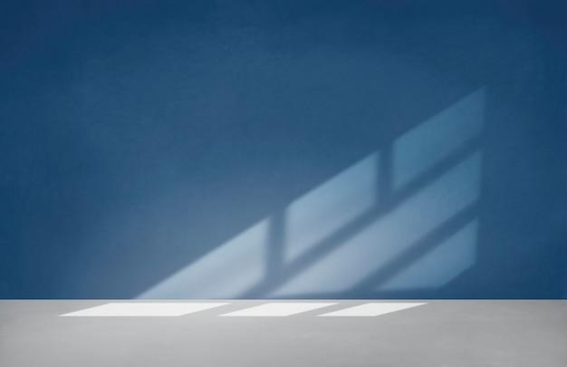 Blauwe muur in een lege ruimte met betonnen vloer
