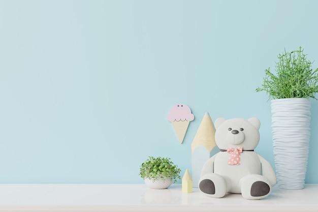 Blauwe muur in kinderkamer interieur witte beer, planten op houten vloer.