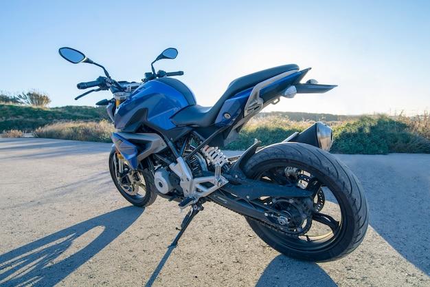 Blauwe naakte motorfiets