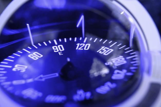Blauwe nautische kompas close-up focus op het oosten