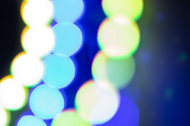 Blauwe neon wazige lichten abstractie. feestelijke winterachtergrond van jaren '80kleuren.