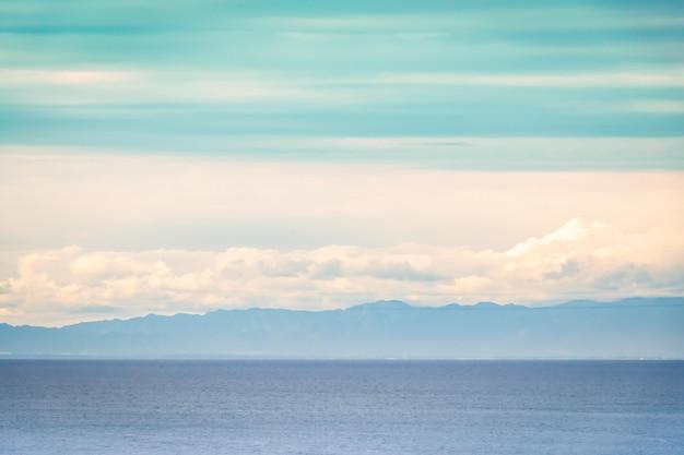 Blauwe oceaan en mooie hemelachtergrond