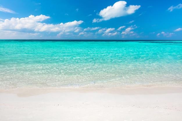 Blauwe oceaan en zandstrand op de malediven
