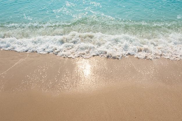 Blauwe oceaangolven zonlichtbezinning sand beach