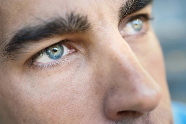 Blauwe ogen van een man