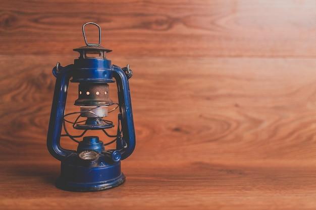 Blauwe olielamp op een houten achtergrond