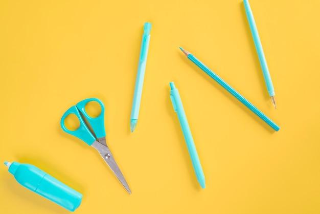 Blauwe onmisbare schrijfwarenchaos