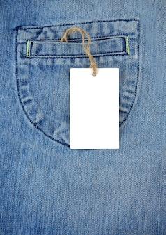 Blauwe oude jeans en prijskaartje label