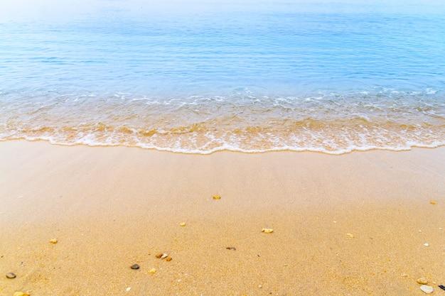 Blauwe overzeese golf op de achtergrond van de strandzomer