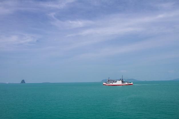 Blauwe overzeese golvenoppervlakte zacht en kalm met blauwe hemel
