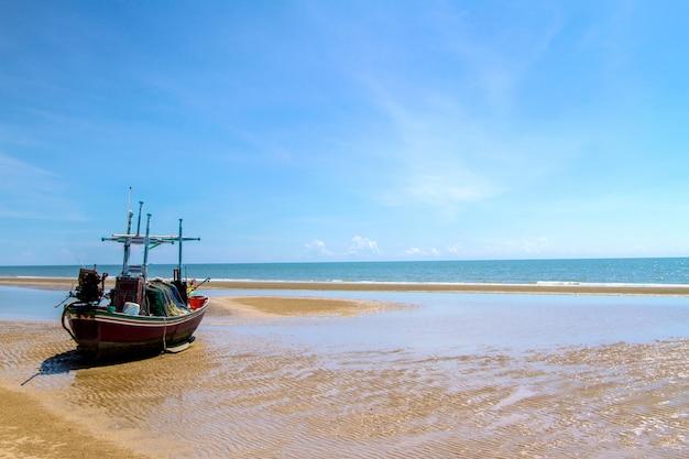 Blauwe overzeese golvenoppervlakte zacht en kalm met blauwe hemelachtergrond