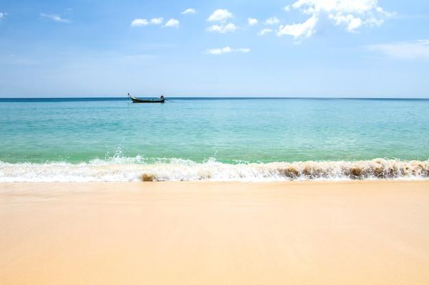 Blauwe overzeese hemel en golven zachte oppervlakte van blauwe oceaan op de dag van de zandige strandzomer
