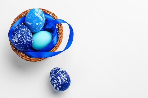Blauwe paaseieren die op wit worden geïsoleerd.