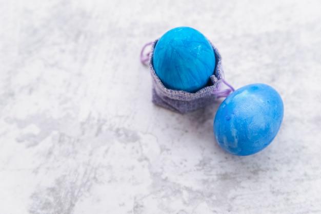 Blauwe paaseieren en decoratieve tas