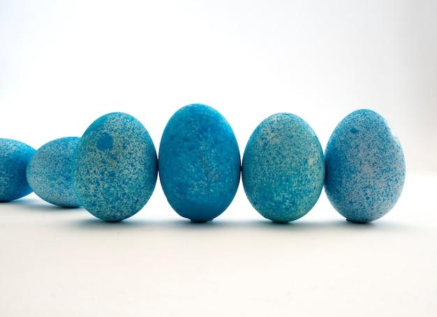 Blauwe paaseieren op witte achtergrond