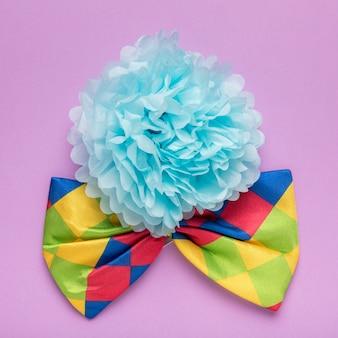 Blauwe papieren bloem en kleurrijke strikje
