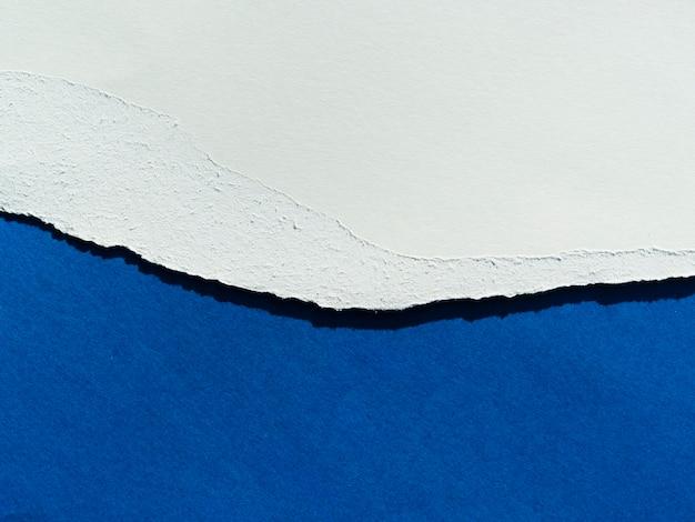Blauwe papierlagen met gescheurde rand